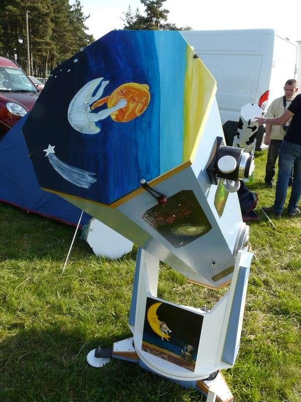 Télescope décoré par un amateur d'astronomie