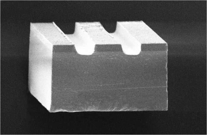 Magpier vu de près. La partie supérieure (ici creusée de deux sillons) est faite de nickel (pour ses propriétés ferroélectriques) et mesure 24 micromètres d'épaisseur. Elle repose sur un matériau piézoélectrique (PMN-PT), de 200 micromètres d'épaisseur. © Isir/Femto-ST