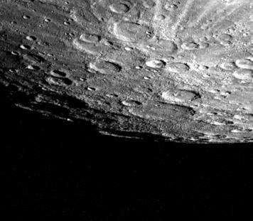 Si certains cratères des pôles de Mercure — ici à l'image — ne sont jamais éclairés par la lumière du Soleil, c'est que l'inclinaison de l'axe de rotation de la planète est extrêmement faible. © Nasa, JPL, Northwestern University