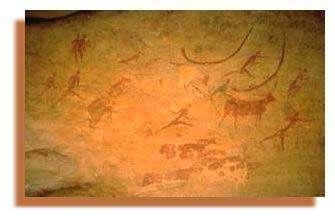 Fresque de Jabbaren. Un des hommes tient un bâton appuyé sur ses reins, une attitude familière des bergers