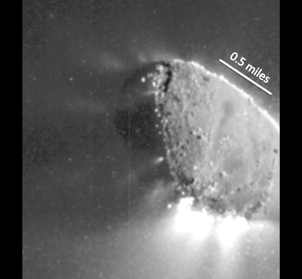 Cette image haute résolution prise le 4 novembre par la sonde Epoxi montre la distribution des jets sur la comète Hartley 2. © Nasa/JPL-Caltech/UMD