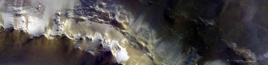 Le cratère Korolev vu par la sonde TGO, de l'ESA, avec une résolution de 5,08 mètres. L'image, prise le 15 avril 2018, couvre une zone du cratère de 10 km par 40 km. © ESA, Roscosmos, CaSSIS Science Team