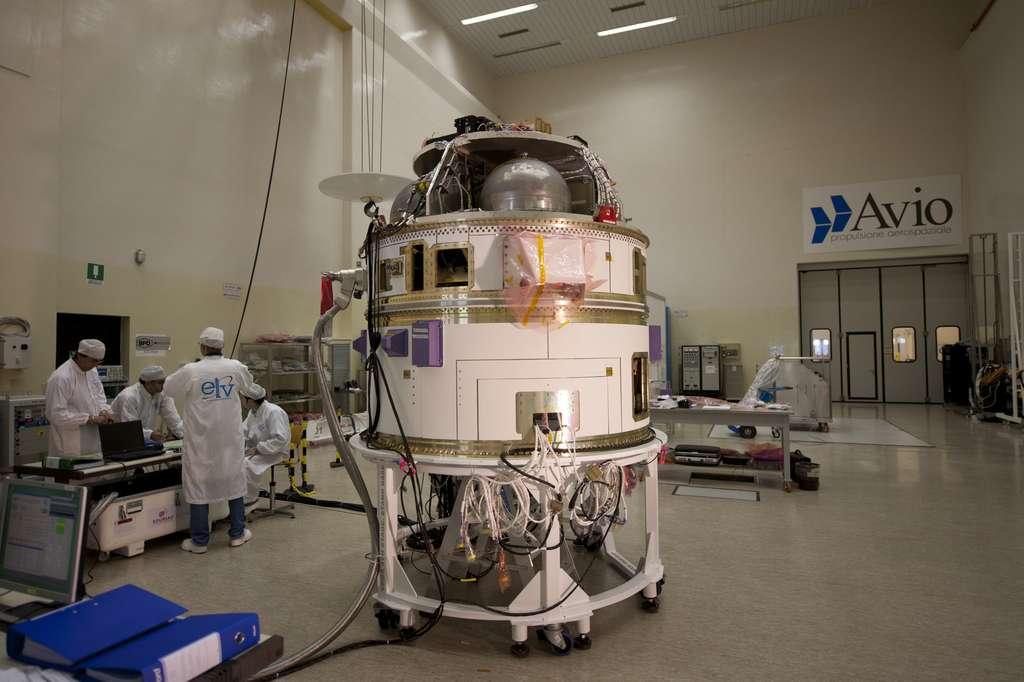 Le module Avum, préparé chez Avio en juillet 2011, se compose de deux parties. Une constituée de la propulsion (Avum Propulsion Module) et l'autre qui embarque l'avionique (Avum Avionics Modul). © Esa/S. Corvaja