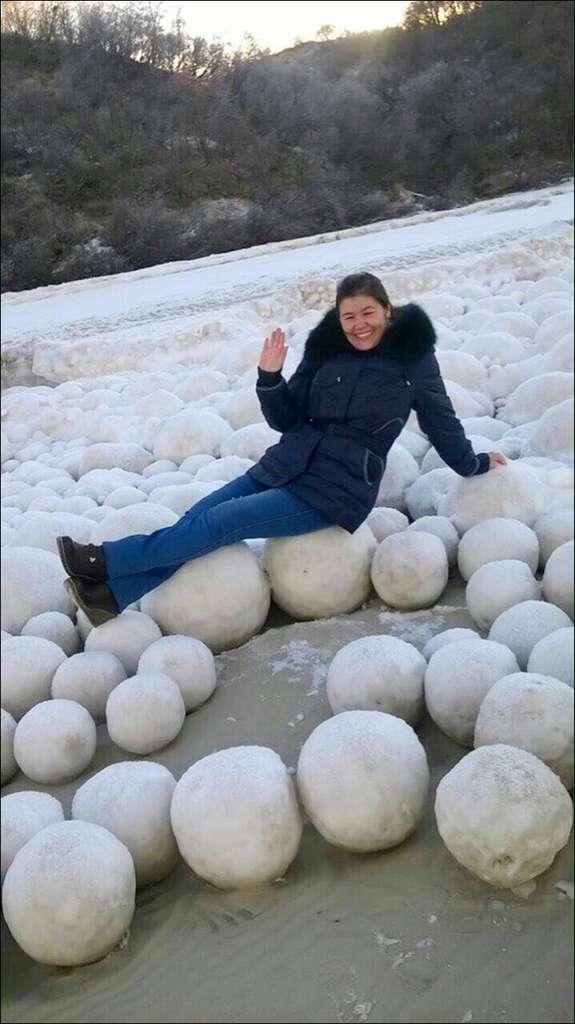 Ekaterina Chernykh pose sur les boules de glace qui ont envahi la plage. © Ekaterina Chernykh