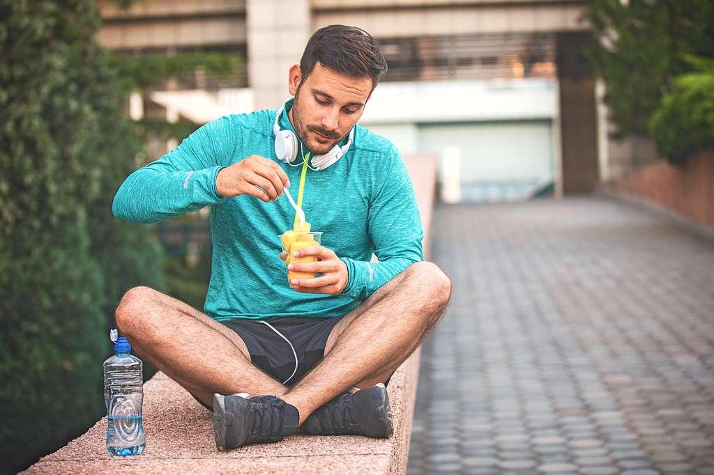 Après une séance d'exercice, on a tendance à se lâcher plus facilement sur la nourriture. © grki, Fotolia