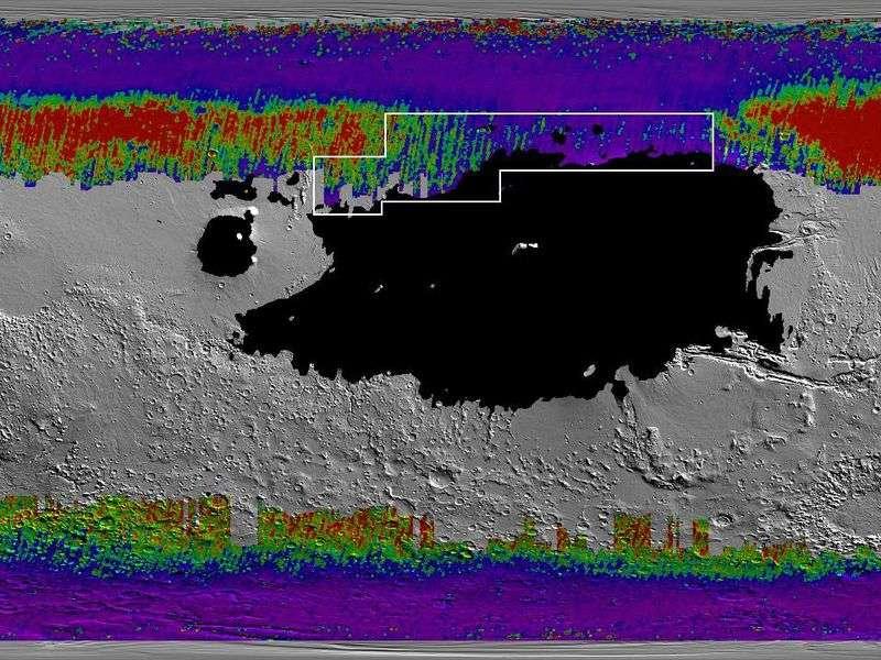 Cette carte répertorie la glace prisonnière sous la surface de Mars. Les tons bleu-violet indiquent que la glace est située à moins de 30 centimètres et les tons vert-rouge qu'elle est située à plus de 60 centimètres de la surface. La forme blanche montre une région choisie par la Nasa pour un potentiel atterrissage sur Mars. © Nasa, JPL-Caltech