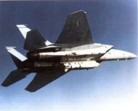 Mc Donnell Douglas F15 transportant un missile ASM-135A. Crédit US Army.