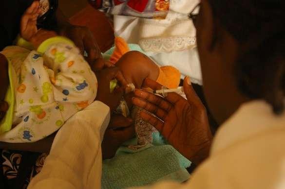 La campagne de vaccination dite en ceintures consiste à vacciner les personnes qui ont été en contact avec un patient contaminé et ce le plus rapidement possible. D'après l'OMS, lors de cette campagne, la moitié des vaccinations ont été réalisées 3 semaines après la détection d'un malade. © Destination Santé