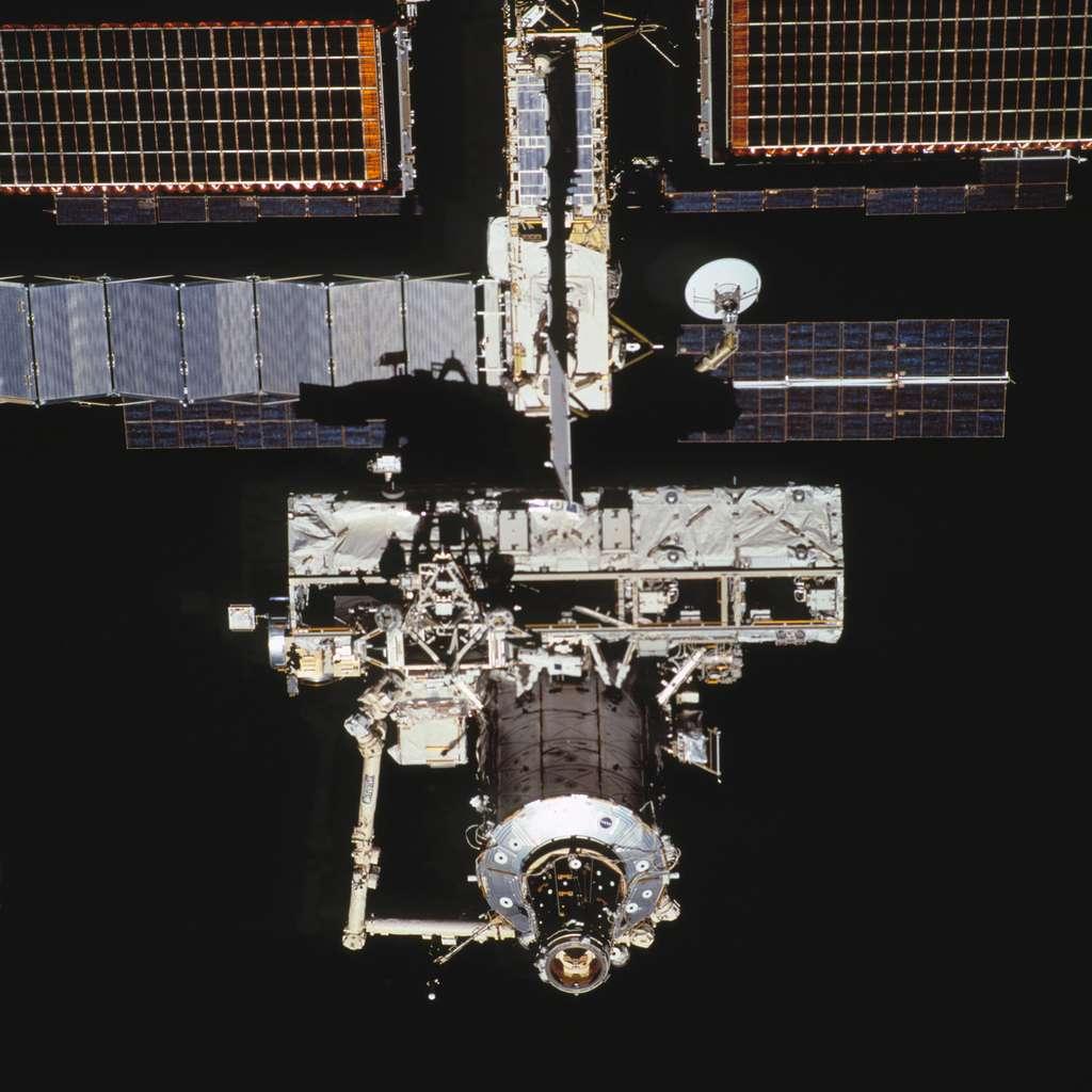 Avril 2002, la poutre S0 est installée sur la Station