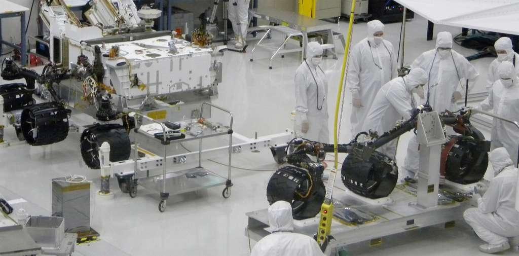 Doté d'un train de six roues motrices de 50 centimètres de diamètre, ce rover devrait parcourir plus de 20 kilomètres sur la surface de Mars pendant les deux années terrestres que doit durer sa mission (juillet 2010). © Nasa/JPL-Caltech