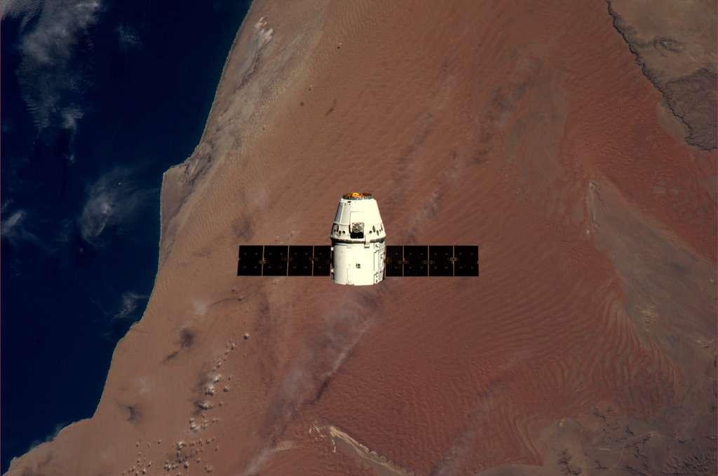 Avant l'amarrage, la capsule Dragon vole à environ 250 m de l'ISS. L'ensemble survole ici la Namibie. © André Kuipers/Esa/Nasa