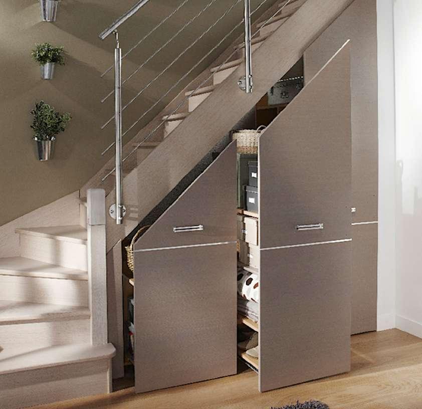 Le reculement correspond à l'encombrement au sol de l'escalier. Il est conditionné par la surface disponible dans la pièce de départ. Le dessous délimite un espace libre qui gagne à être aménagé. © Lapeyre