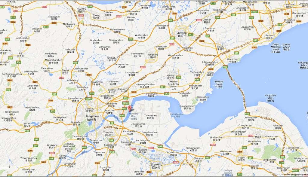 La rivière de Qiantang se jette dans la baie de Hangzhou, où l'estuaire adopte une forme d'entonnoir. La largeur de l'estuaire est d'une centaine de kilomètres dans la baie, et se réduit à seulement quelques kilomètres à l'embouchure de la rivière. Lorsque le mascaret se forme, il se propage sur plus de 100 km en amont de l'embouchure. © Google Map