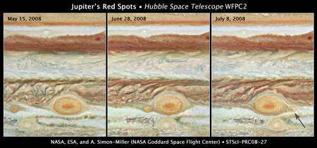 Figure 2. Cliquez pour agrandir. Les trois images prises par Hubble des taches rouges de Jupiter. La flèche indique la petite tache qui ressort de la grande en ayant perdue sa couleur rouge. © Nasa, Esa, A. Simon-Miller (Goddard Space Flight Center), N. Chanover (New Mexico State University), et G. Orton (Jet Propulsion Laboratory)