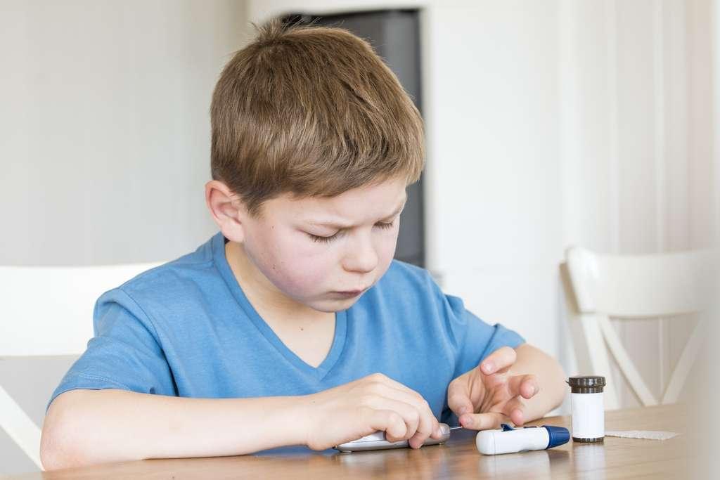 Les enfants diabétiques doivent régulièrement vérifier leur glycémie dans la journée. © rkris, Fotolia
