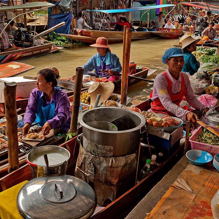 Marché flottant en Asie, où l'on vend du riz gluant. © B. B. Wijdieks, Flickr, CC by-nc 2.0