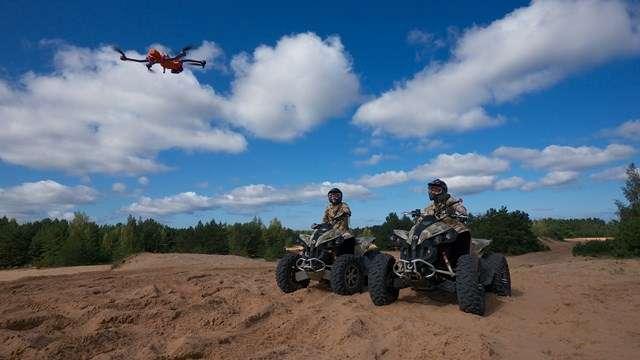 L'AirDog est capable de suivre et de filmer une personne en mouvement. Idéal pour les sports extrêmes type surf, VTT ou ski. © AirDog