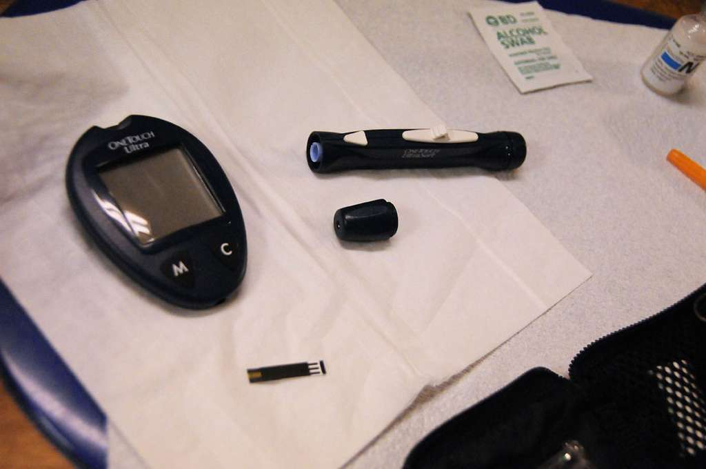 Les personnes diabétiques souffrent d'un taux de sucres dans le sang trop élevé, entraînant de nombreuses pathologies, notamment au niveau cardiovasculaire mais aussi au niveau oculaire. Les diabétiques ont aujourd'hui recours à un glucomètre pour mesurer leur glycémie sanguine. Cette opération, quotidienne, indique quelle dose d'insuline (l'hormone qui permet de baisser les concentrations de glucose) s'injecter pour atteindre un niveau normal, compris entre 0,7 et 1,2 gramme par litre de sang. © Momboleum, Flickr, cc by nc nd 2.0