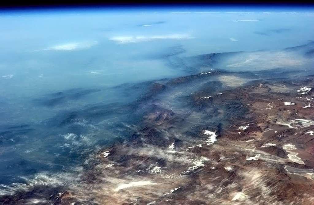 De la brume bleue recouvre une partie de la cordillère des Andes alors qu'à l'horizon se dessine la courbure de la Terre. © Chris Hadfield, Nasa