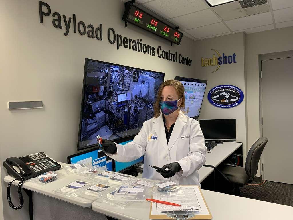 Préparation des objets de Toucan Space et ceux de ses clients afin de les embarquer à bord du Dragon de SpaceX. © Toucan Space, Nasa