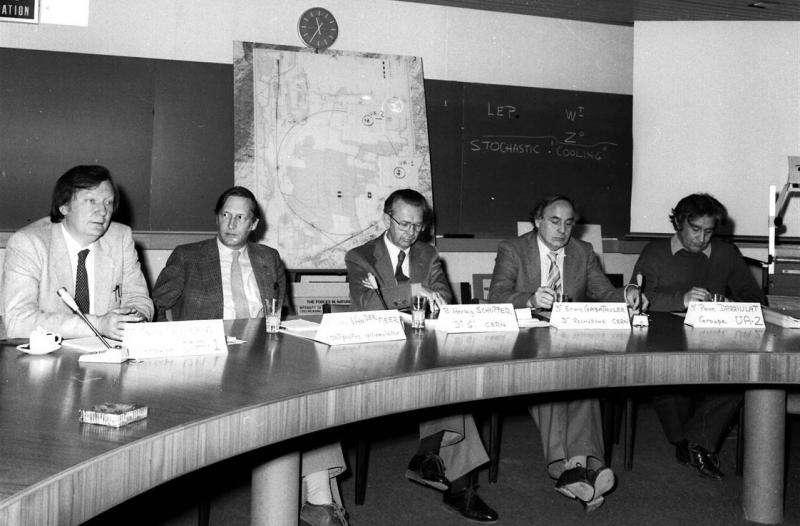 Lors d'une conférence de presse, le 25 janvier 1983, les physiciens du Cern annonçaient la découverte du boson W. On reconnaît, à gauche, Carlo Rubbia et Simon van der Meer, prix Nobel pour cette découverte. En sera-t-il de même pour les chercheurs hongrois ? © Cern