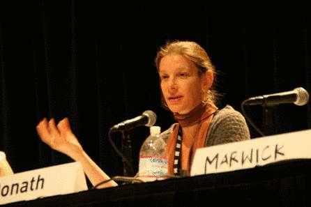 Judith Donath lors du SXSW 2009, explique le rôle des médias sociaux comme Facebook. © Berkman Center for Internet & Society
