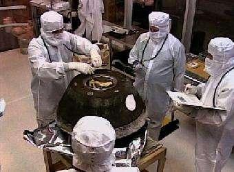 La capsule SRC de Stardust dans une salle blanche de la base américaine où elle a atterri, dans l'Utah (Crédits : NASA TV)