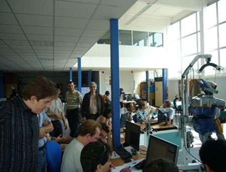 Formation pour les participants du projet JRL. Une vingtaine de participants ont appris l'utilisation du robot par les cours et les TP. © LAAS-CNRS