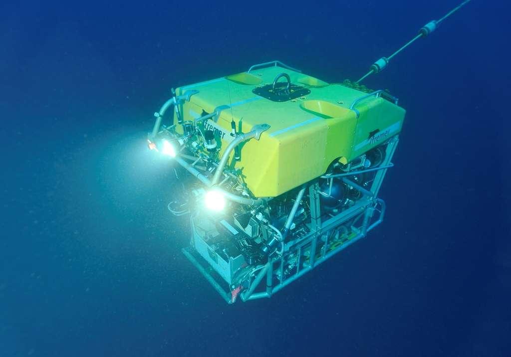Le Victor 6000 est alimenté en énergie et commandé via un câble enroulé sur un treuil. Le pilotage s'effectue du bord à partir d'un poste de commande solidement arrimé sur le pont extérieur du navire. Grâce à ses deux bras téléguidés, il peut réaliser différentes manipulations comme effectuer des prélèvements et prendre des photos. Il peut plonger jusqu'à 6.000 mètres de profondeur et a la capacité de couvrir 97 % de la surface des fonds océaniques. © Michel Gouillou, Ifremer, nc nd