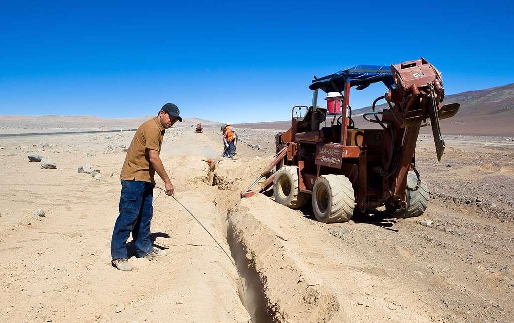 Un câble de 100 kilomètres de long relie désormais les observatoires du Paranal et du Cerro Armazones, permettant la circulation des données à très haut débit. © ESO