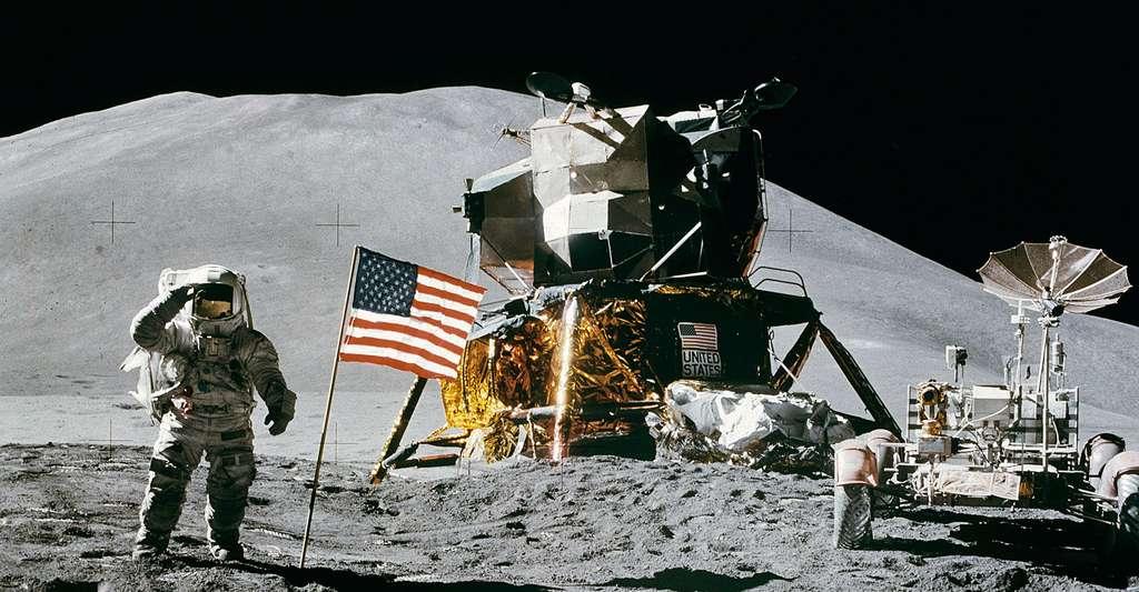 Le pilote du module Apollo 15 James Irwin salue le drapeau américain. © Astronaute David R. Scott, Apollo 15 commander, DP