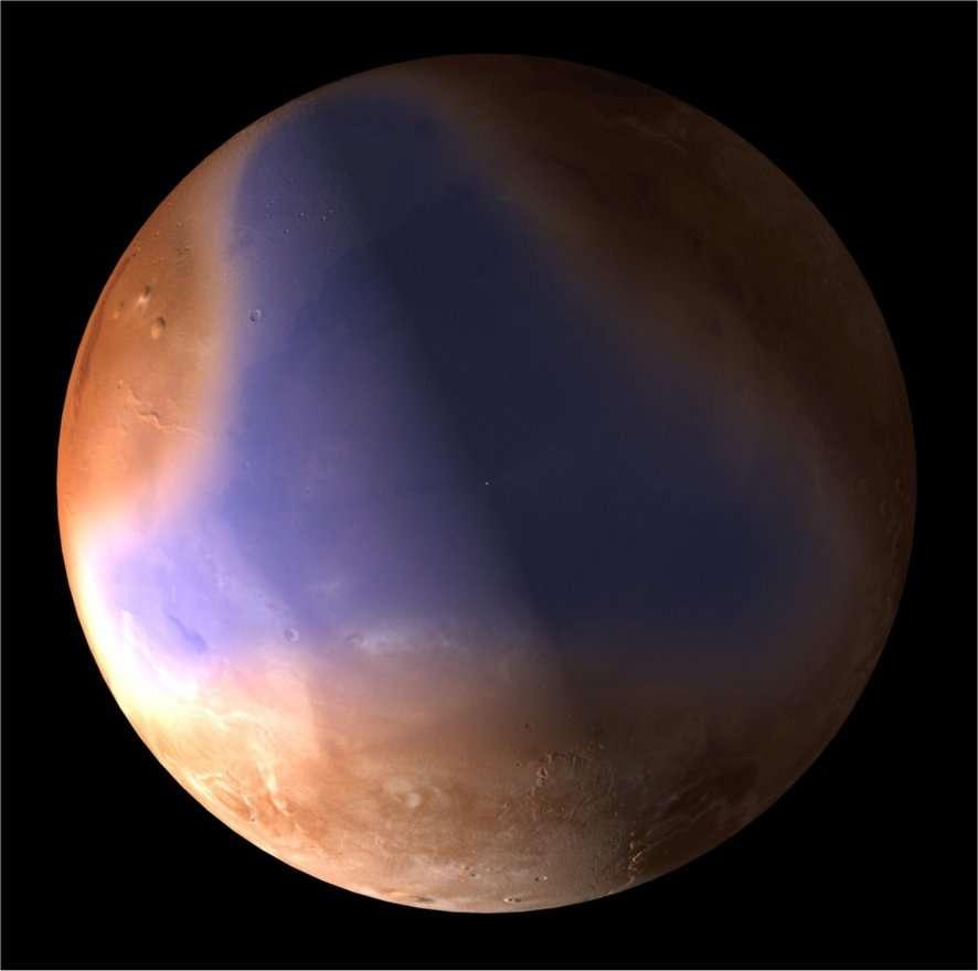 La trace (en fausse couleur) de l'ancien océan martien mise en évidence par le radar Marsis de la sonde Mars Express. La réflectivité radar du sol variant avec sa nature, ces mesures renseignent sur la composition de la surface martienne jusqu'à 80 mètres de profondeur. Leur analyse montre qu'une large zone présente les caractéristiques de sédiments marins. Elle correspond aux traces d'anciens rivages déjà repérées par d'autres moyens. © Esa/C. Carreau