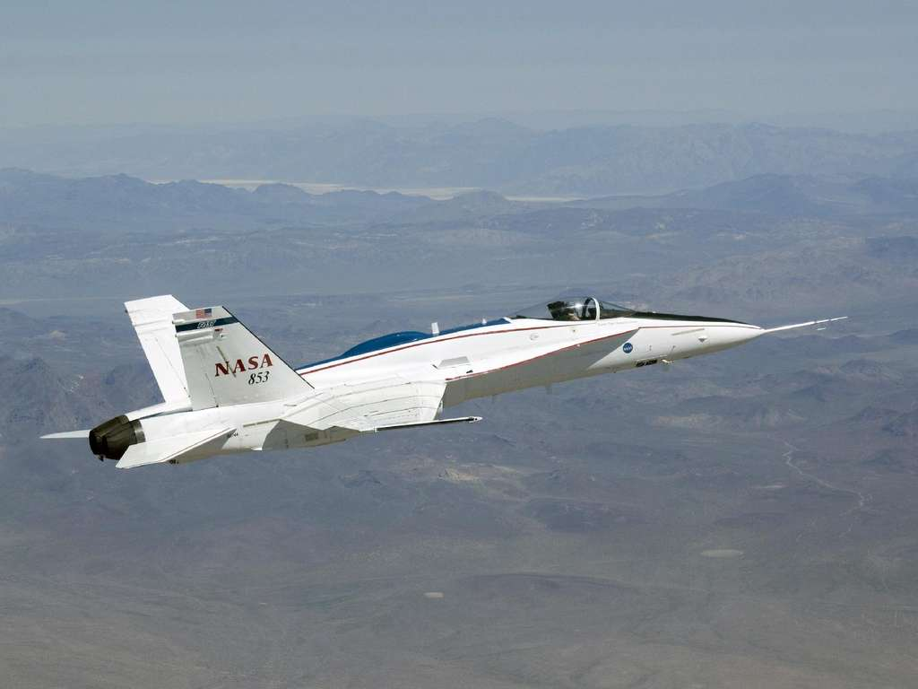 Le F/A-18A de la Nasa au cours de l'essai en vol. À l'intérieur, un ordinateur de l'ICP ajuste finement la position des gouvernes pour réduire la traînée de quelques pour cent. © Nasa, Lori Losey
