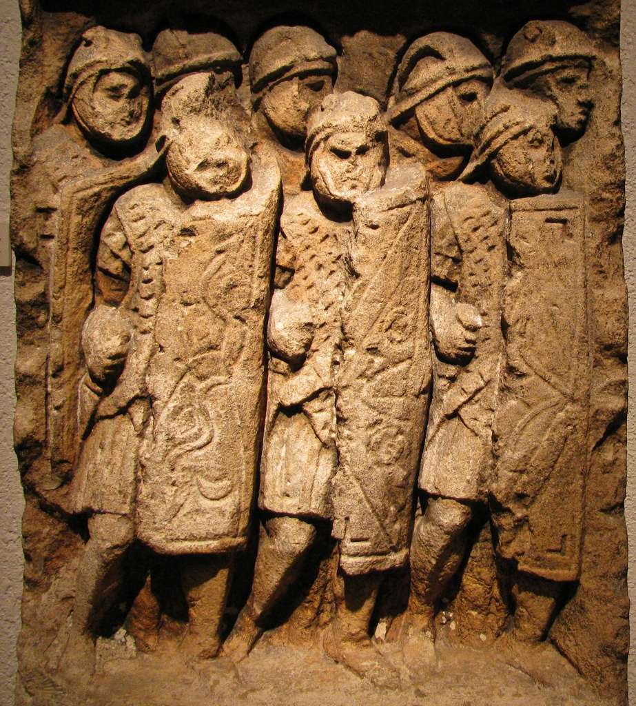 Stèle trouvée à Glanum (Saint Rémy de Provence), groupe de légionnaires en formation. Musée gallo-romain de Fourvière, Lyon. Auteur : Ursus, 2011. © Wikimedia Commons, domaine public.