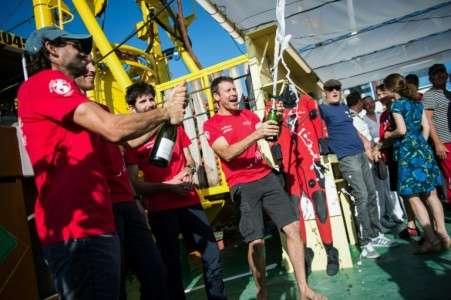 Laurent Ballesta, Antonin Guilbert, Thibault Rauby et Yannick Gentil célèbrent leur remontée après 28 jours passés à 120 m de profondeur en Méditerranée. © Clément Mahoudeau, AFP