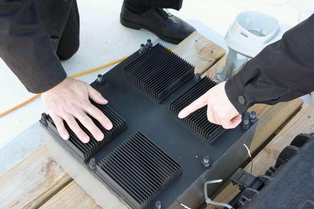 Le dispositif, que les chercheurs ont nommé « résonateur thermique », transforme les fluctuations de température de l'air ambiant en énergie. Il a été élaboré pour exploiter le cycle jour-nuit, ce qui a gouverné le choix des matériaux. © Melanie Gonick, MIT