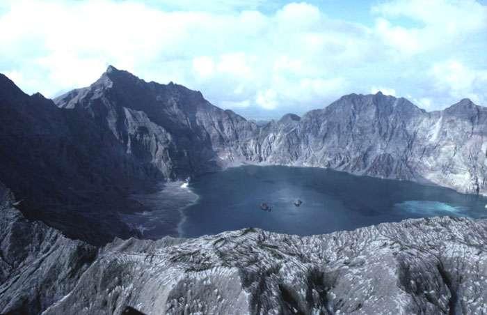 Lac d'acide dans le cratère du Pinatubo