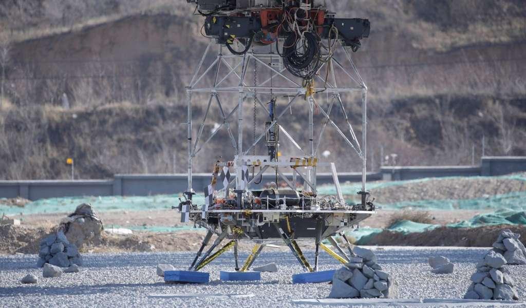 « Atterrissage » réussi du modèle d'essai de l'atterrisseur martien chinois qui devait éviter de toucher les pierres éparpillées sur le sol. © CNSA