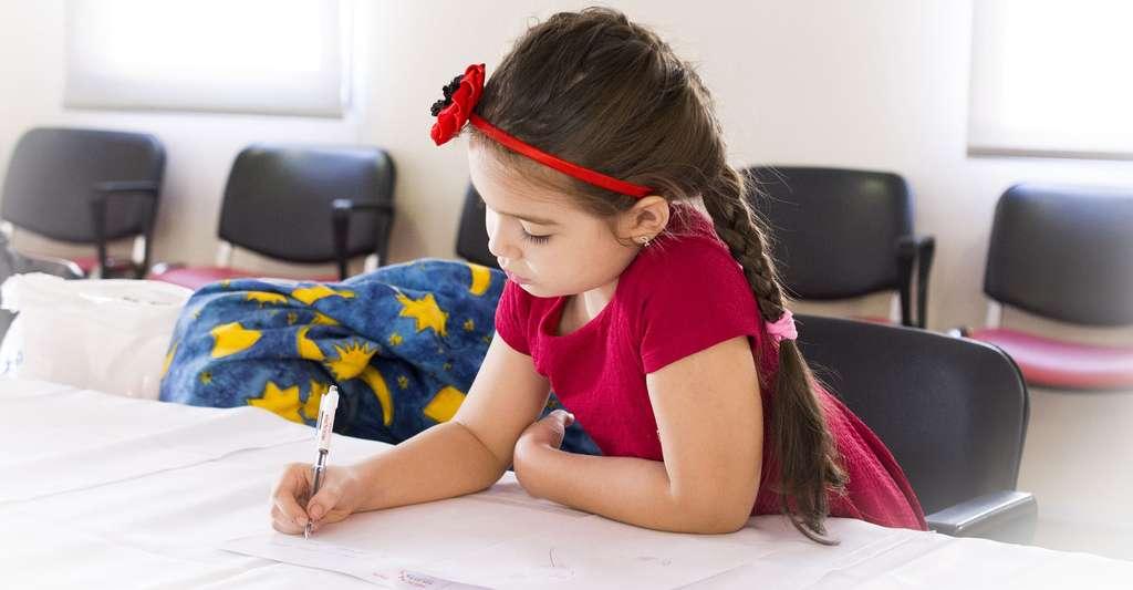 Jeune enfant très concentrée. © Masterstudio, Pixabay, DP