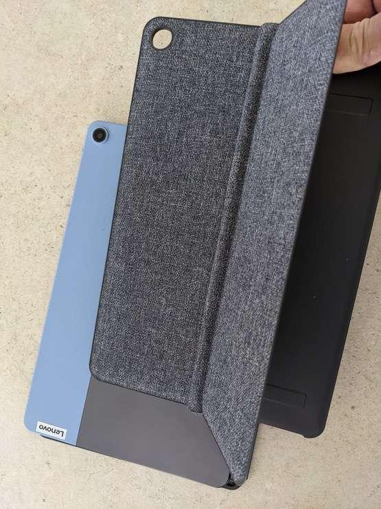 La couverture à fixation magnétique avec la béquille intégrée orientable à 135°. © Marc Zaffagni