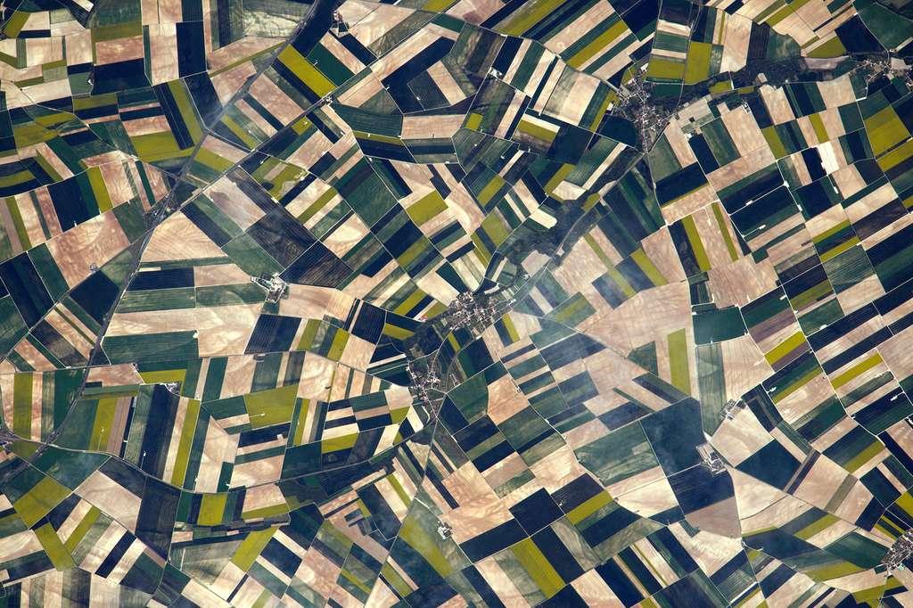 Le suivi des agrosystèmes et des habitats sensibles en zone agricole sera réalisé par Venµs pour la préservation de la biodiversité. Ici, des terres agricoles en Picardie, photographiées par Thomas Pesquet lors de son séjour à bord de la Station spatiale internationale (ISS). © ESA