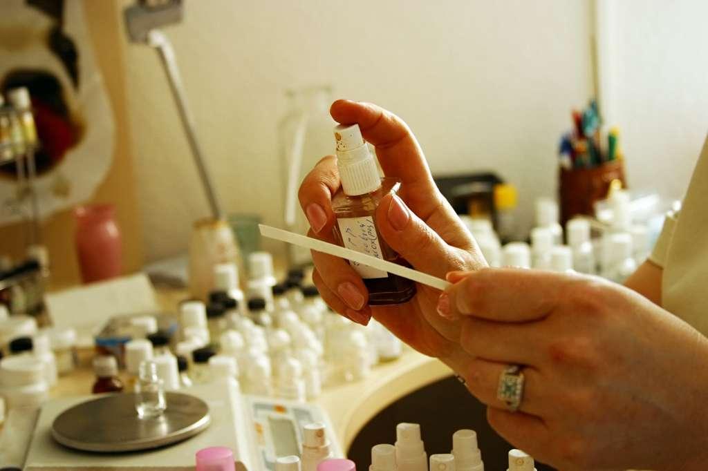 Pouvant travailler aussi bien pour de la parfumerie de luxe que pour des produits d'usage quotidien, le parfumeur réalise de nombreux essais avant de trouver l'accord parfait. © Tatiana Morozova, Fotolia.