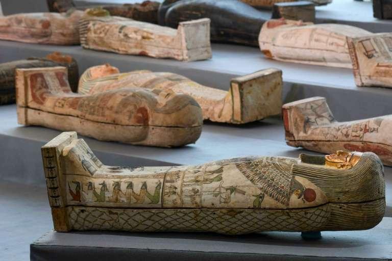 Des sarcophages en bois découverts à Saqqara, dévoilés lors d'une cérémonie le 14 novembre 2020. © Ahmed Hasan, AFP
