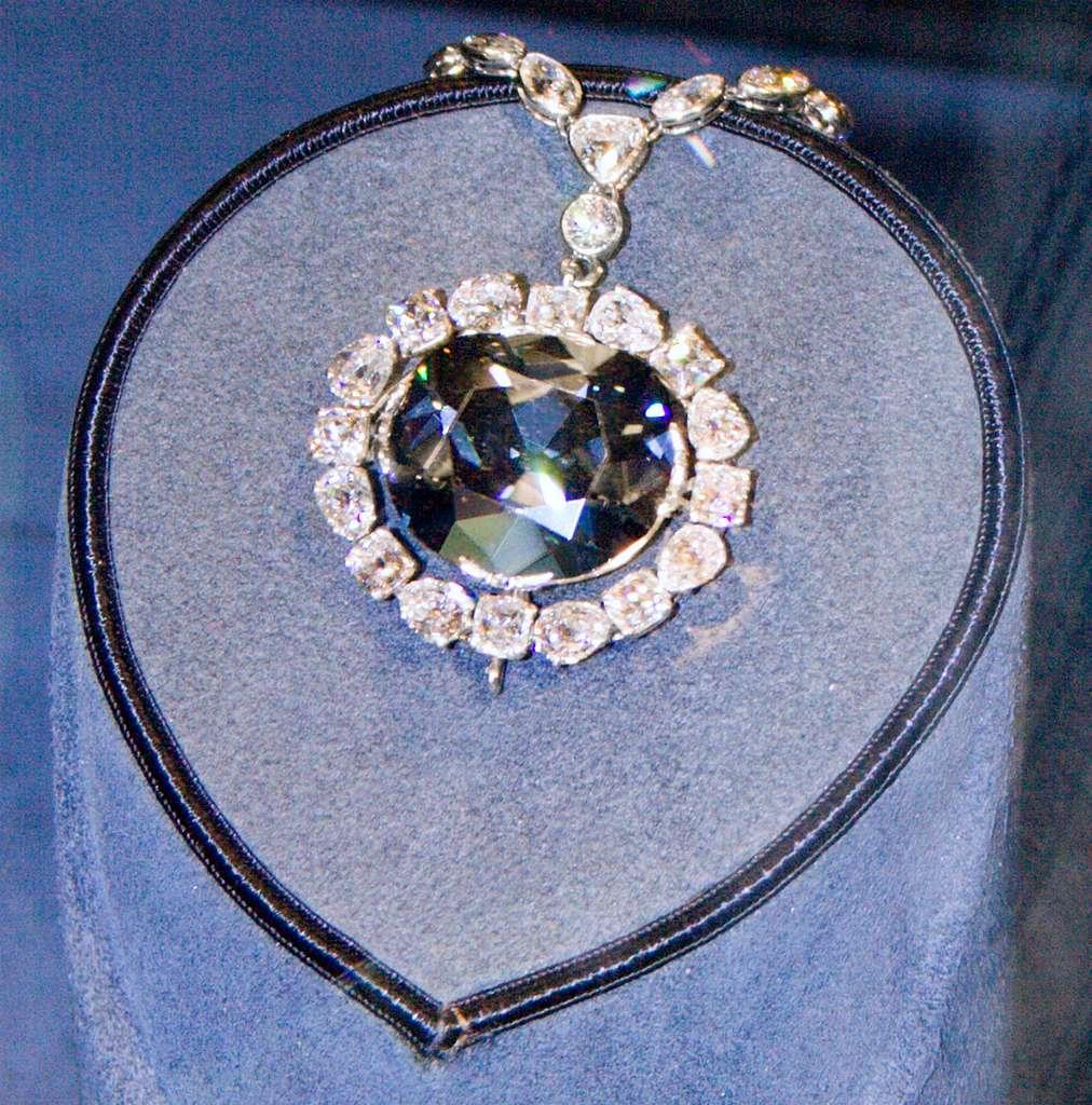 Hope, le diamant bleu, a la réputation d'être maudit. Il présente surtout une étonnante phosphorescence rouge. © David Bjorgen, Wikipedia, CC by-SA 3.0