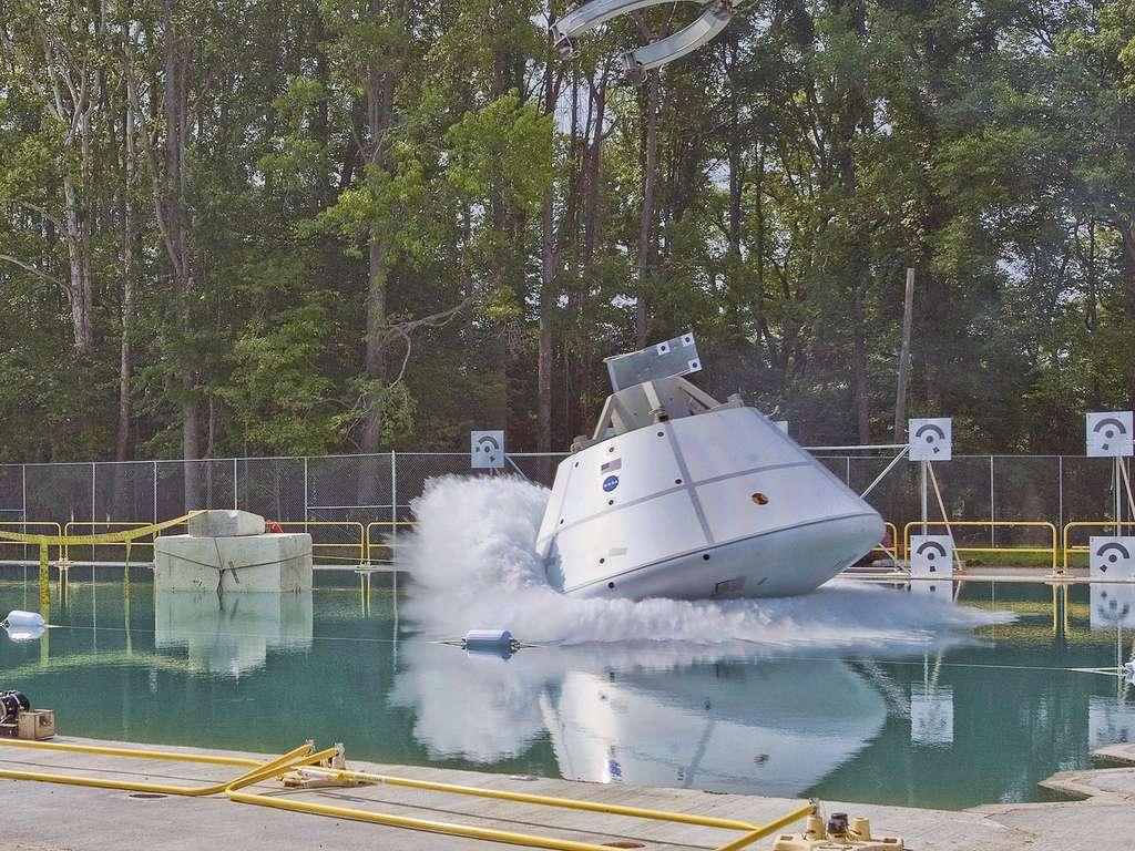 Test du véhicule spatial d'exploration Orion, réalisé en piscine en juillet 2011. © Nasa/Sean Smith