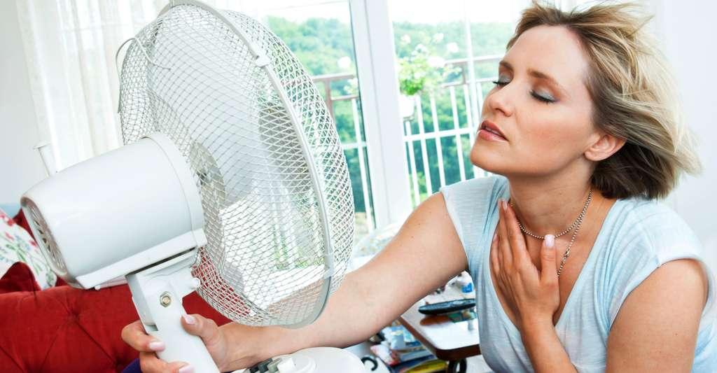 Les bouffées de chaleur sont un des symptômes les plus pénibles de la ménopause. © Schutterstock
