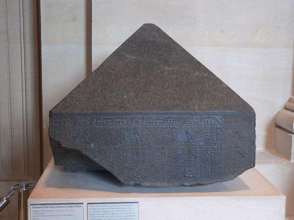 Le pyramidion qui coiffait le naos des décades à Canope, une ville de l'Égypte antique (exposé au musée du Louvre, à Paris). Sur chacune des quatre faces apparaissent les divinités protectrices des 36 décades, ces périodes de 10 jours qui constituaient les 360 jours de l'année des premiers calendriers égyptiens. Mais il est apparu bien vite que le compte était un peu court et qu'il fallait ajouter 5 jours. Plus tard encore, l'ajout d'un quart de journée, ou d'un jour tous les 4 ans, s'est imposé chez les Romains. Au début du troisième millénaire après J.-C., des informaticiens, dans les nuages, ont dû en tenir compte dans leurs programmes. © Rama/Licence CC
