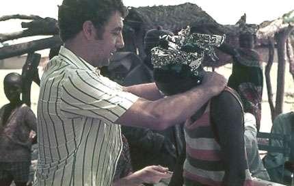 Photo : 11 - Palpation du cou à la recherche de ganglions (inflammation des nœuds lymphatiques), symptôme assez souvent présent en première phase de la maladie. © Gérard Duvallet
