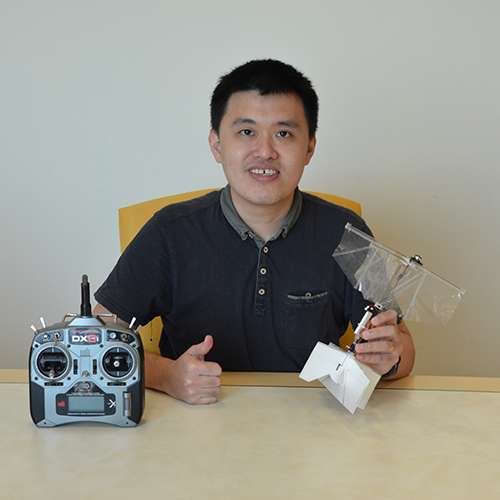 Le docteur Yao-Wei Chin pose avec le prototype de drone à ailes battantes. © University of south Australia