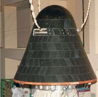 """Le satellite SRE-1 en phase d'essais. Les """"tuiles"""" de protection thermique sont ici bien visibles. Crédit ISRO."""